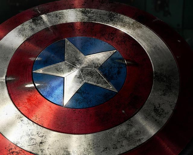 Chiếc khiên của Captain America có thể hấp thụ mọi rung động và có thể dùng  để lia như một loại boomerang trong các cuộc chiến.