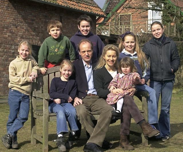 Bà Von der Leyen cùng chồng và 7 đứa con. Ảnh: NTV.de
