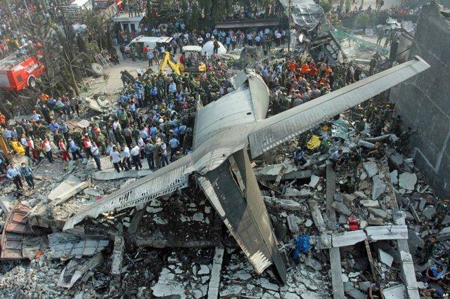 Nhân viên cứu hộ tìm kiếm nạn nhân tại hiện trường máy bay vận tải quân sự rơi xuống khu dân cư ở thành phố Medanin Medan, tỉnh North Sumatra, Indonesia.