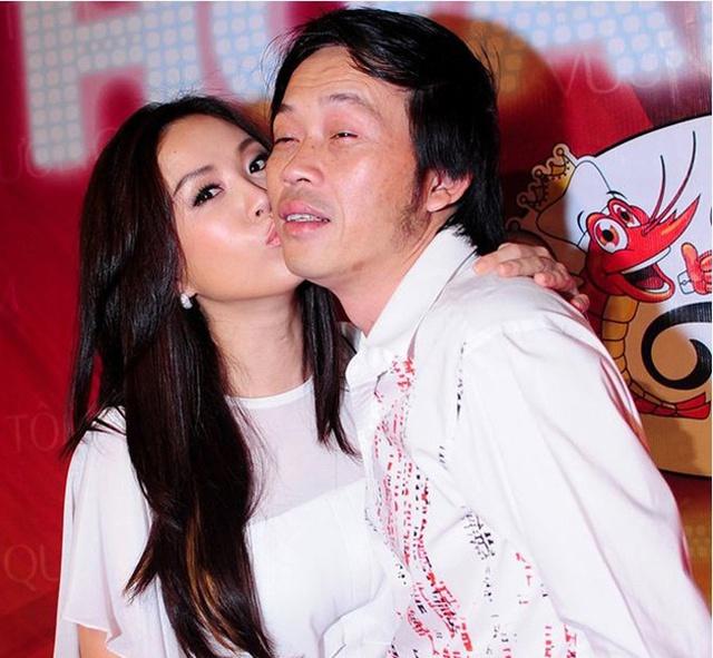 Hoa hậu Thu Hoài cũng dành cho Hoài Linh một nụ hôn lên má trong một sự  kiện.