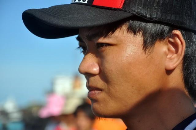 Anh Võ Công Hùng (28 tuổi, quê Hà Tĩnh), thủy thủ tàu Hoàng Phúc 18 thoát nạn ra cầu cảng đón thi thể đồng nghiệp - Ảnh: Đ.Hà