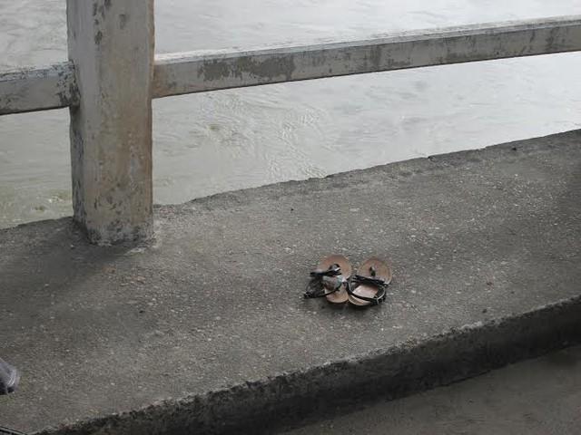 Đôi dép của nạn nhân để lại