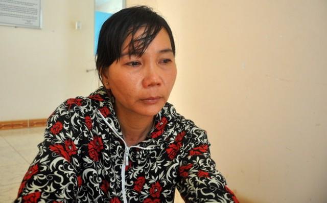 Chị Phạm Thị Cúc Liên ngồi lặng trong trụ sở trung tâm phối hợp tìm kiếm cứu nạn hàng hải khu vực 3 chờ đón chồng - Ảnh: Đ.Hà