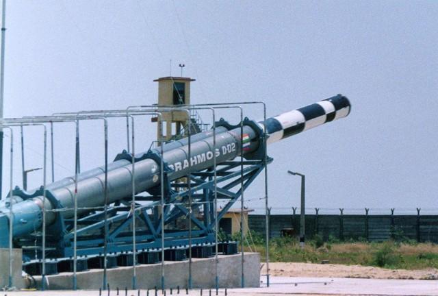 Tên lửa BrahMos thử nghiệm từ bệ phóng nghiêng, có thể thấy bệ phóng này gần như tương tự bệ phóng nghiêng của tên lửa Yakhont