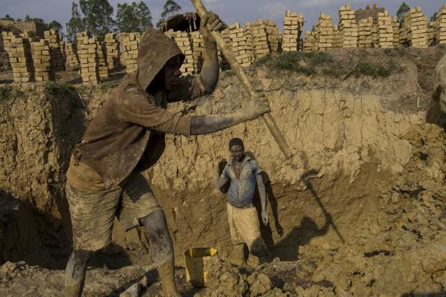 Người lao động đào đất để làm gạch mộc ở Ngozi, miền bắc Burundi.