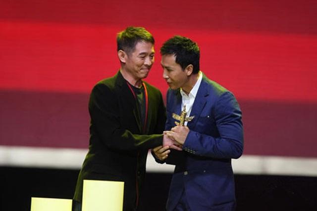 Châu Tử Đan và Lý Liên Kiệt gượng gạo nhìn mặt nhau tại một lễ trao giải.