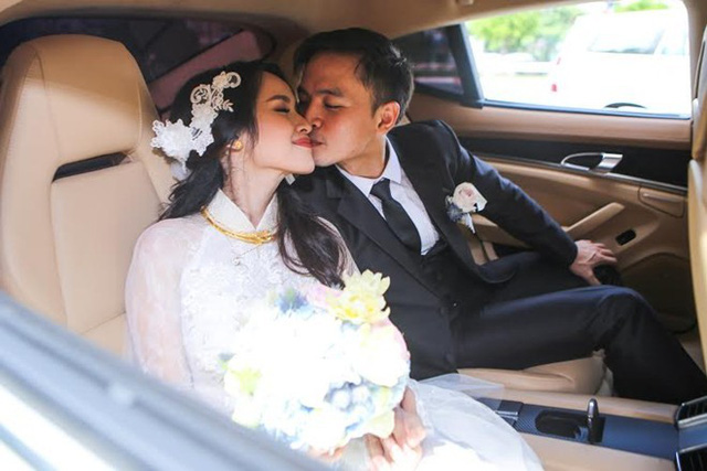 Lễ rước dâu của Văn Anh - Tú Vi được tổ chức vào sáng 7/11. Lễ cưới của họ được tiến hành sau đó một ngày. Cặp đôi quen nhau khi đóng chung phim Bếp hát và tìm hiểu nhau được 2 năm trước khi quyết định góp gạo thổi cơm chung. Ảnh: Công Thành