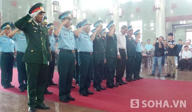 Những đồng đội đến đưa tiễn Thượng tá Lê Văn Nghĩa và Thiếu tá Nguyễn Anh Tú