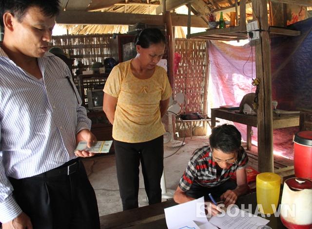 Ông Ký đón nhận số tiền 500 EURO do các nhà hảo tâm trao tặng trước sự chứng kiến của người dân làng xóm.