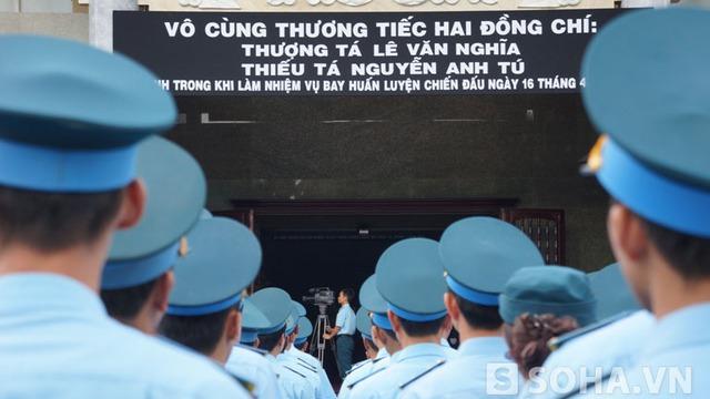 Ngay từ sáng sớm những đồng đội của hai phi công đã tập trung tại nhà tang lễ Bộ Quốc phòng phía Nam để chuẩn bị lễ viếng, truy điệu