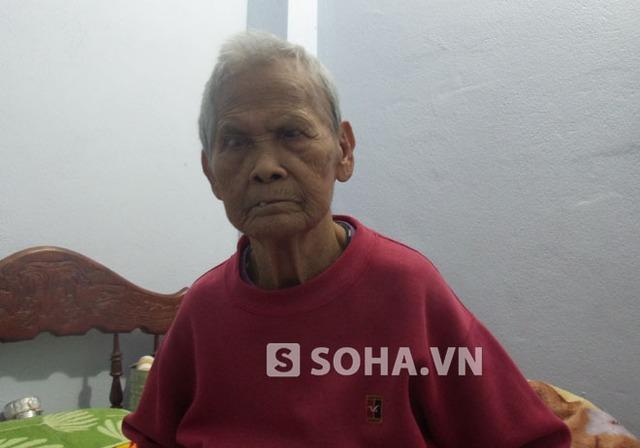 Cụ Lê Thị Tại (79 tuổi, bị mù cả hai mắt).