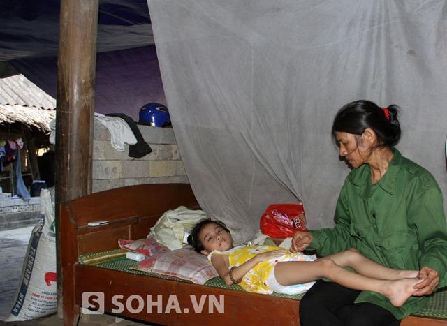 Trong 25 năm, bà Minh phải chịu đau đớn khi mất đi 5 người con liên tiếp vì bệnh tật và tai nạn thương tâm. Giờ đây đứa con út đang mang nhiều bệnh khiến gia đình bà Minh thếm khánh kiệt.