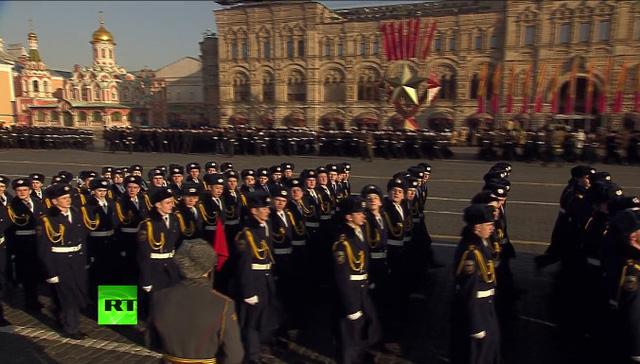 Các đoàn quân diễu binh qua Quảng trường Đỏ
