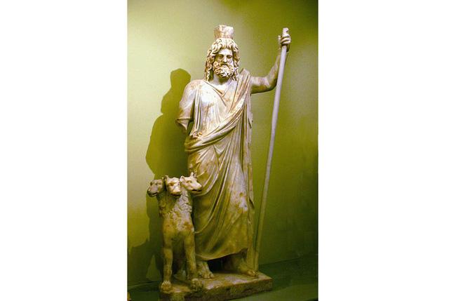 Biểu tượng của Hades là Cerberus (con chó 3 đầu, đang ngồi cạnh Hades), mũ tàng hình, cây bách, và hoa thủy tiên.