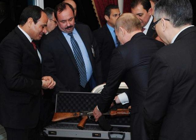 Một khẩu AK-47 đã được Tổng thống Nga dùng làm quà tặng Tổng thống Ai Cập