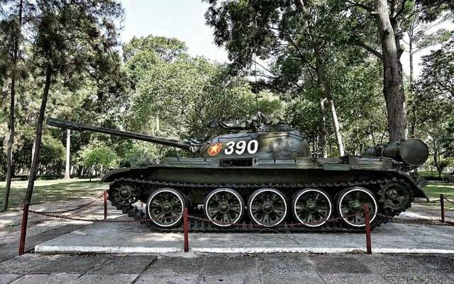 Xe tăng T-54 số hiệu 390 trưng bày trong khuôn viên Dinh Độc Lập