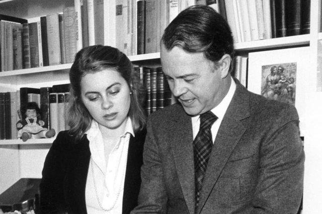 Von der Leyen khi còn nhỏ, bên phải là người cha Ernst Albrecht. Ảnh: web.de