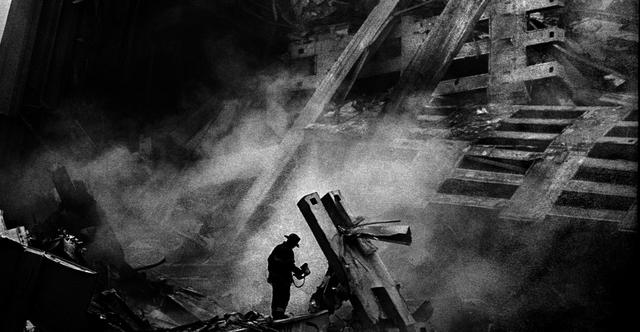 Một lính cứu hỏa sử dụng thiết bị ảnh nhiệt để tìm kiếm dấu hiệu của sự sống trong buổi sáng ngày 12/9/2001, khoảng 24 giờ sau khi chiếc máy bay đầu tiên đâm vào Trung tâm Thương mại Thế giới (WTC).