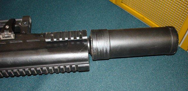 Ống hãm thanh cỡ lớn được gắn trên ASh-12.7