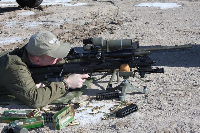 Một xạ thủ đang ngắm bắn SRS