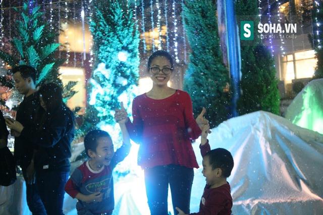 Rất nhiều gia đình đã đưa theo con nhỏ theo, những đứa trẻ vô cùng thích thú khi được ngắm tuyết rơi.