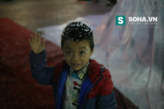Ban tổ chức cho biết, loại máy phun tuyết chuyên dụng này được nhập về Việt Nam, loại máy này được kết hợp với chất liệu riêng biệt để tạo ra những hình ảnh của tuyết gần giống với thật mang lại sự hứng thú và cảm giác lạ cho người xem.