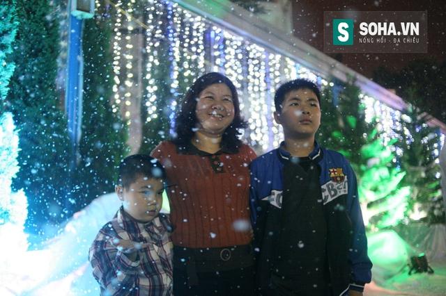 Đây là lần thứ 2 tại Công viên Hồ Tây, người dân được ngắm tuyết rơi. Năm nay ban tổ chức trang bị 10 máy phun tuyết hiện đại nhất Việt Nam và có quy mô lớn hơn rất nhiều so với năm ngoái.