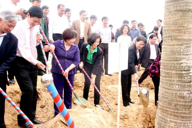 Các đại biểu của chương trình Quỹ 1 triệu cây xanh cho Việt Nam cùng trồng cây tại khu mộ của Cố Đại tướng Võ Nguyên Giáp.