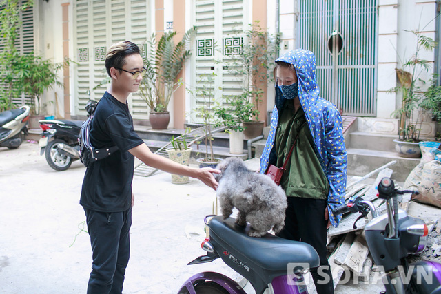 Sau khi ăn xong, Justatee quay về nhà đón cún cưng. Vừa thấy anh về, Matcha đã lao ra khỏi nhà và nhảy lên xe.