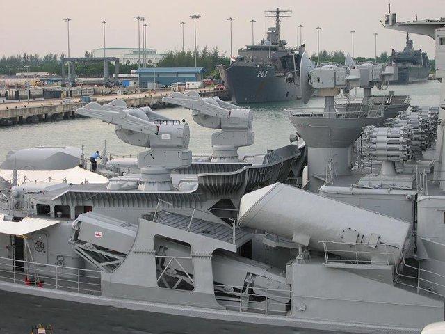 Bệ phóng nghiêng của tên lửa BrahMos lắp trên tàu khu trục INS Rajput của Hải quân Ấn Độ