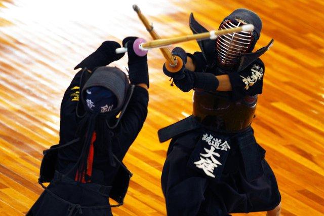 Võ sĩ sử dụng kiếm gỗ thay cho Katana truyền thống.