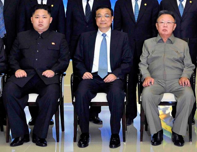 """Kim Jong Un (trái) cùng lãnh đạo Kim Jong Il (phải) chụp ảnh với Thủ tướng Trung Quốc Lý Khắc Cường trong chuyến công du của ông Kim """"cha"""" tới Bắc Kinh tháng 10/2011. Ảnh: Reuters"""