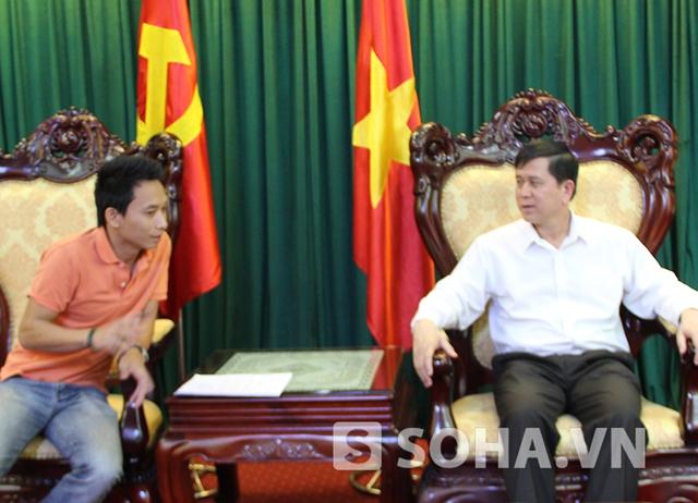 Chủ tịch UBND tỉnh Sơn La Cầm Ngọc Minh (phải) trả lời PV báo Trí thức trẻ sáng nay, 6/8.