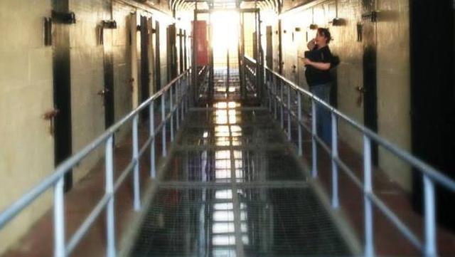Peta Banks đứng ngoài hành lang tòa nhà bỏ hoang Parramatta Gaol trong một cuộc săn ma.