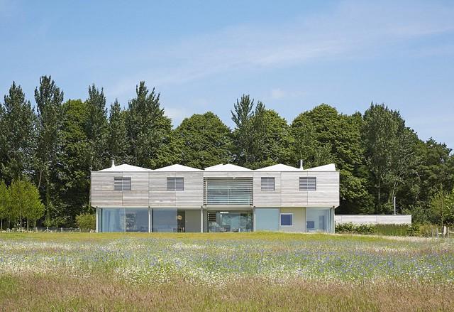 Ngôi nhà Sussex được bao phủ xung quanh bằng thảm hoa tự nhiên