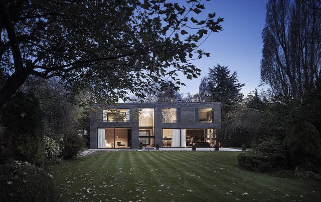 Dù có không gian không quá sáng sủa, nhưng ngôi nhà Wesstmorland vẫn tạo được ấn tượng đặc biệt với các khung của sổ thép, những phiến đá lạ.
