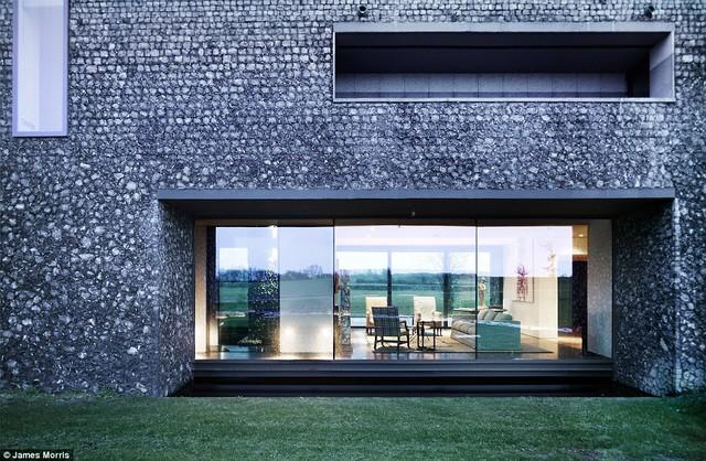 Ngôi nhà được xây dựng trên 1 vỉa đá lửa, bao quanh bởi những cánh đồng xanh mướt.