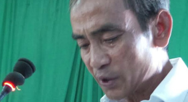 Ông Huỳnh Văn Nén khóc trong lúc phát biểu tại buổi xin lỗi chính thức được tổ chức vào sáng 3/12.