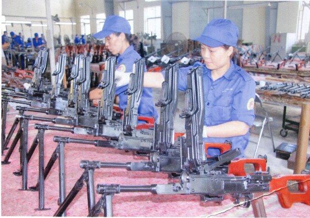 Kỹ thuật viên nhà máy Z111 – Tổng cục Công nghiệp Quốc phòng đang hoàn thiện những khâu cuối để chuẩn bị lắp nòng súng. Ảnh: Tổng cục CNQP
