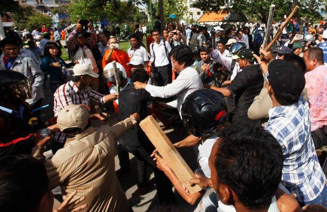 Bạo động nổ ra tại Công viên Tự do hôm 15/7/2014. Ảnh: Reuters