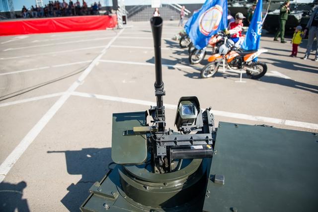 Robot trinh sát Platform-M trang bị cùng súng máy Pecheneg do công ty Izhmash Unmanned Systems phát triển.
