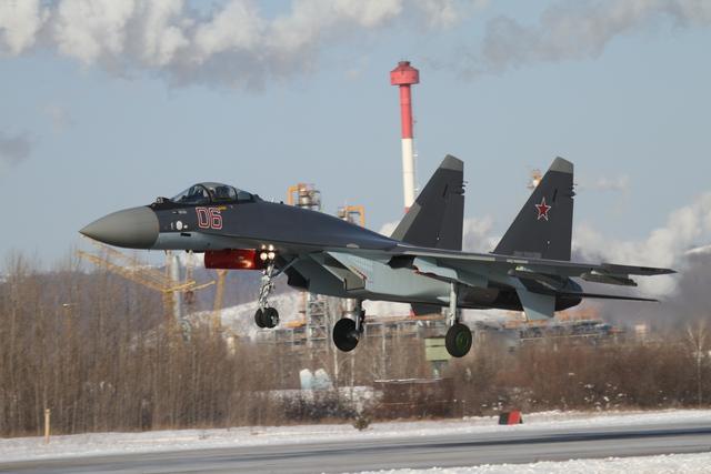 """Gazeta dẫn nguồn từ Ủy ban Công nghiệp quốc phòng thuộc chính phủ Nga cho biết: """"Một số bộ phận và tổng thành đơn lẻ của tiêm kích Su-35S đang được sản xuất ở nước ngoài, trong đó có Ukraine. Ở đó, toàn bộ thiết bị điện tử trên khoang được chế tạo dựa trên linh kiện nước ngoài. Xét tới yếu tố việc máy bay (Su-35S) là hoàn toàn điện tử thì đây là một vấn đề nghiêm trọng""""."""