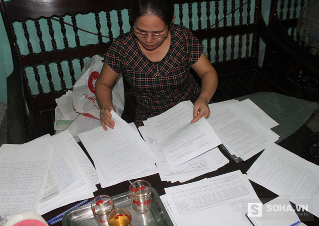 Suốt 18 năm qua, chị Lâm vẫn ôm tập đơn dày cộm đi tìm công lý cho mình ở những bản án ly hôn.