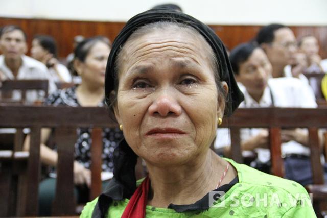 Bà Lê Thị Thanh (mẹ nạn nhân Lê Thị Yến) bật khóc nức nở khi nghe Hai kể lại về việc giết con mình và chồng, cháu cùng mẹ anh Thọ.