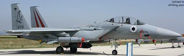 F-15D Baz trang bị với tên lửa Popeye và thiết bị liên kết dữ liệu có vỏ bọc (lắp dưới giá treo trung tâm thân).
