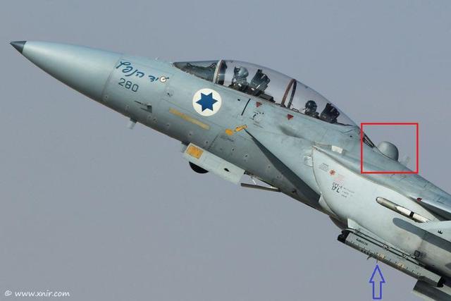 F-15D Baz trang bị hệ thống chia sẻ dữ liệu lên vệ tinh (khoanh tròn đỏ) và hệ thống tác chiến điện tử có vỏ bọc EL/L-8222 (mũi tên xanh).