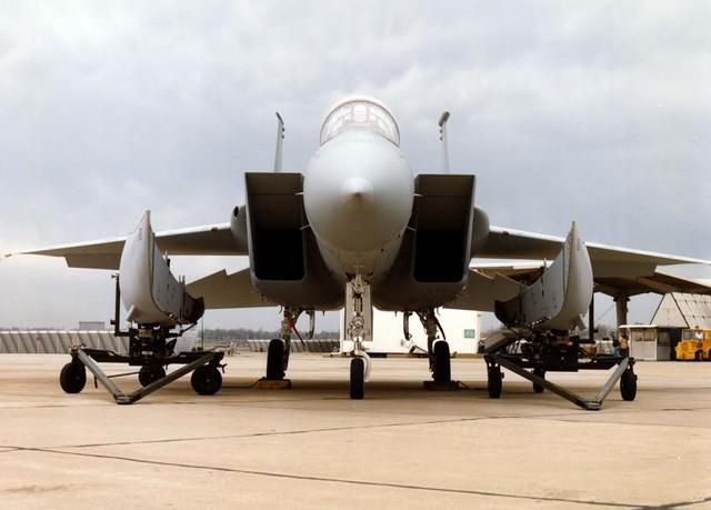 F-15D Baz với 2 thùng dầu hòa nhập khí động chuẩn bị lắp vào thân.
