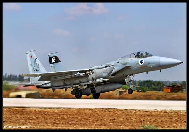 F-15C Baz trang bị tên lửa không đối không AIM-120 AMRAAM và hệ thống trinh sát có vỏ bọc Ophir.