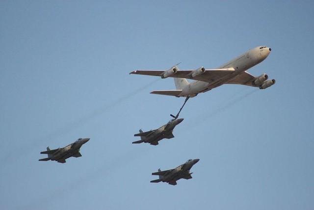 F-15C và F-15D đang tiếp nhiên liệu từ máy bay KC-707.