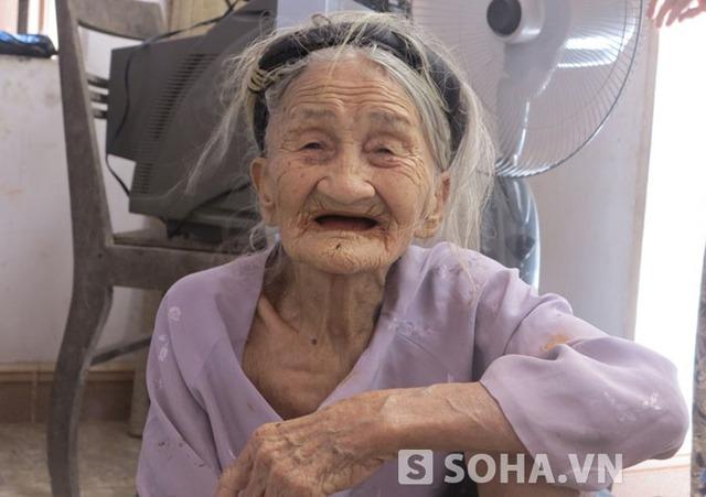 Cụ Hiêm đã ngoài 96 tuổi nhưng vẫn bị người hàng xóm ngon ngọt dụ dỗ và lừa vay toàn bộ số tiền mà bà cất dành cho hậu sự sau này.